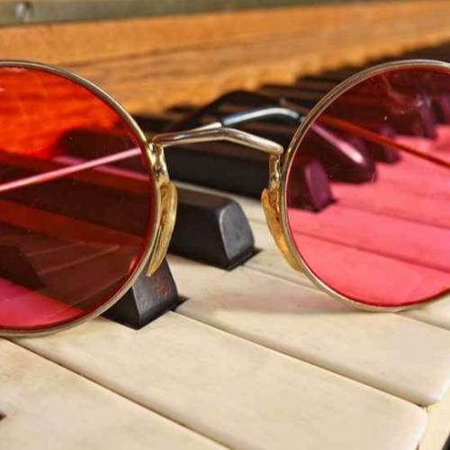 Gafas y piano